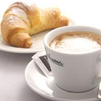 Kava s francoskim rogljičem